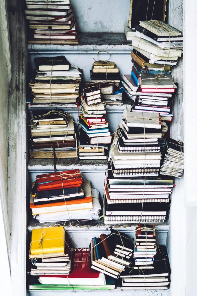 Bücherstapel in einem Schließfach